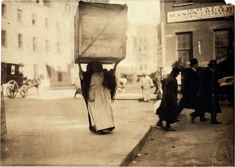 La Chambre Claire - Page 6 800px-Lewis_Hine_Italian_woman_carrying_enormous_dry-goods_box_New_York_1912