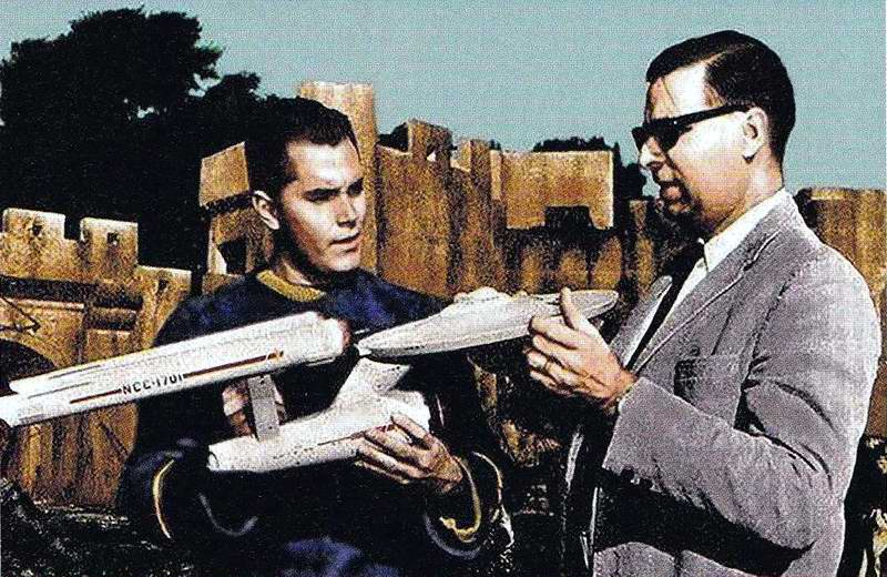 Jeffrey_Hunter_and_Gene_Roddenberry_with_the_3-foot_Enterprise_model
