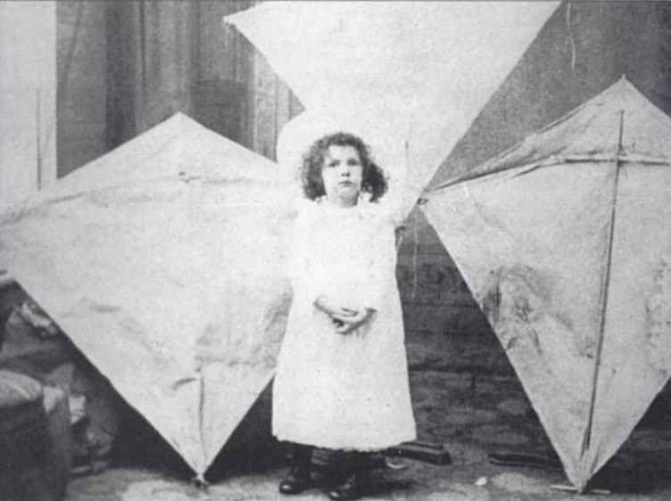 Margaret_Eddy_with_her_father's_kites